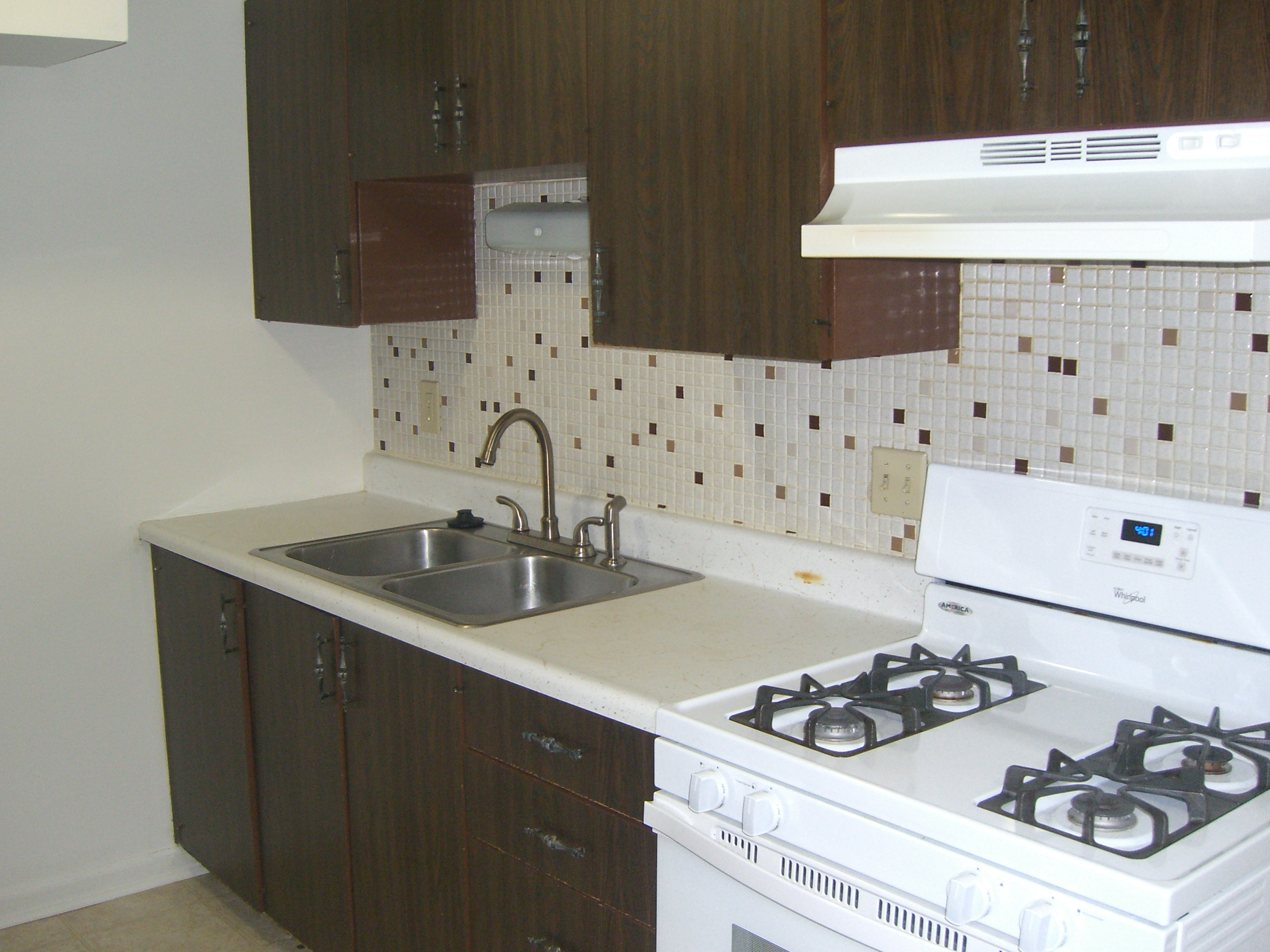 Large Kitchen Features An Eat In Dining Area. The Kitchen Has A Gas Range,  Refrigerator And Garbage Disposal. The Kitchen Dimensions Are 16u00276 X 8u00276.